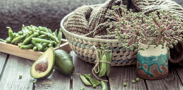 Composição com abacate e ervilhas verdes