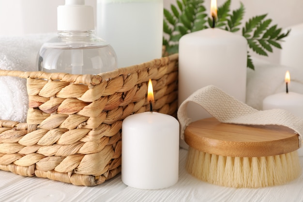 Composição com acessórios de spa em branco, close-up