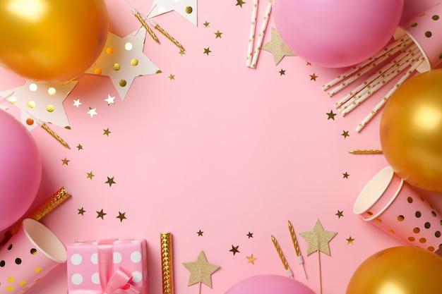 Composição com acessórios diferentes de aniversário em fundo rosa, espaço para texto