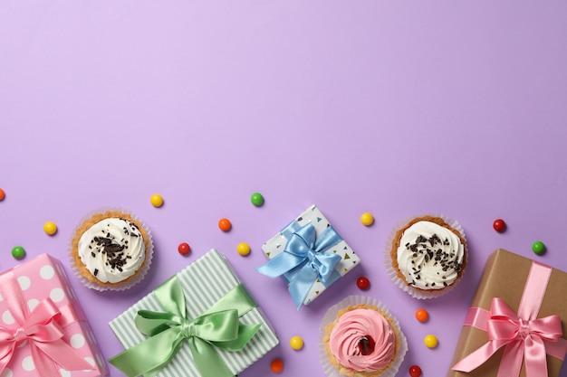 Composição com acessórios diferentes de aniversário em fundo violeta, espaço para texto
