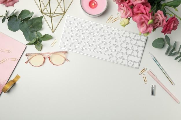Composição com acessórios femininos em branco. blogueiro de mulher