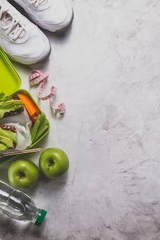 Composição com alimentos saudáveis e fita métrica