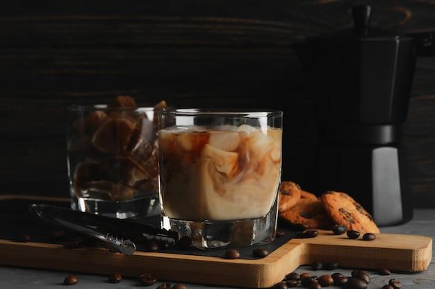 Composição com café gelado e biscoitos na madeira
