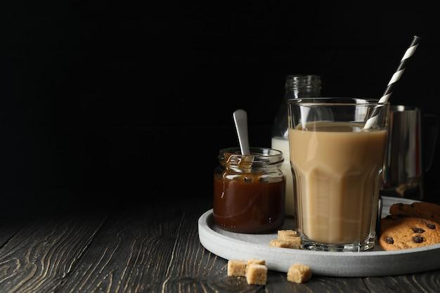 Composição com café gelado e biscoitos no espaço de madeira