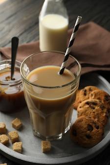 Composição com café gelado e biscoitos no fundo de madeira