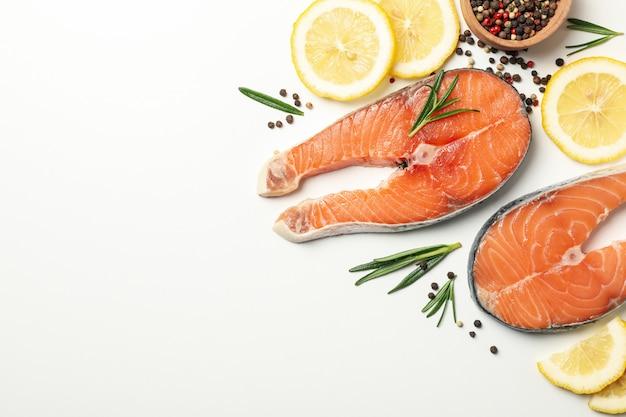 Composição com carne de salmão e especiarias em branco isolado, vista superior