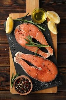 Composição com carne de salmão e especiarias na mesa de madeira, vista superior