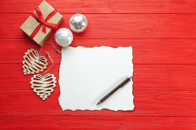 Composição com carta vazia e decoração de natal na mesa de madeira