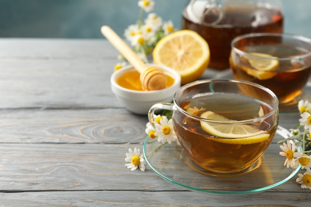 Composição com chá de camomila em madeira cinza