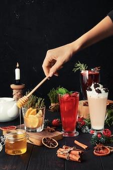Composição com chá de ervas e frutas com ingredientes na mesa