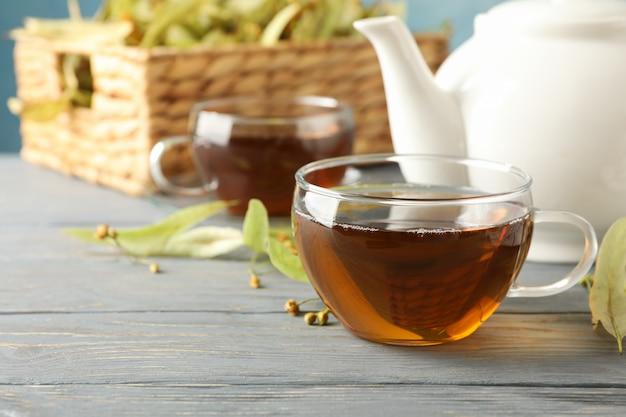 Composição com chá de linden em madeira, close-up.