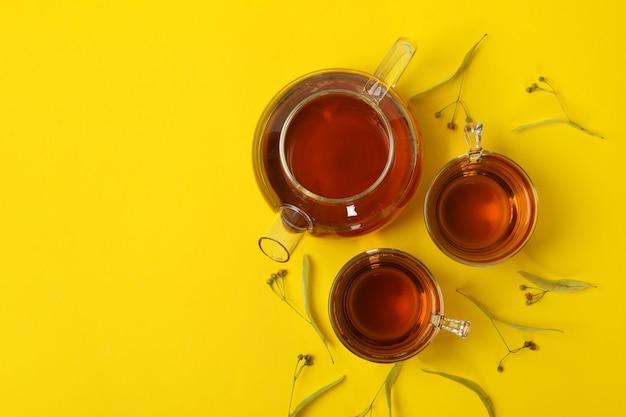 Composição com chá de tília na vista amarela, superior. chá natural