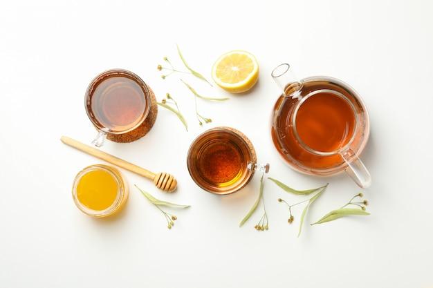 Composição com chá de tília na vista branca, superior. chá natural
