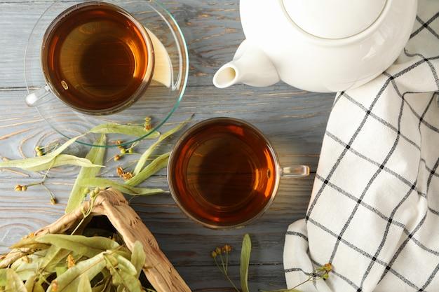 Composição com chá de tília na vista superior de madeira.