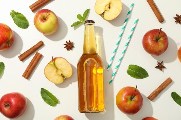 Composição com cidra, maçãs, canudos e canela