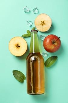 Composição com cidra, maçãs e gelo na hortelã