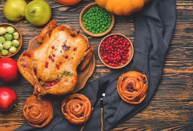 Composição com comida saborosa para o dia de ação de graças na mesa