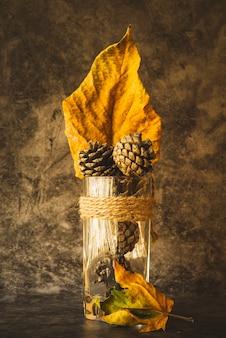 Composição com cones e folhas murchas