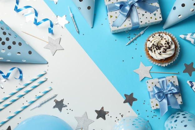 Composição com cupcake e aniversário acessórios em fundo de dois tons, espaço para texto