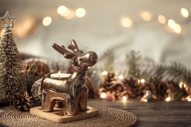 Composição com decorações de natal no interior.