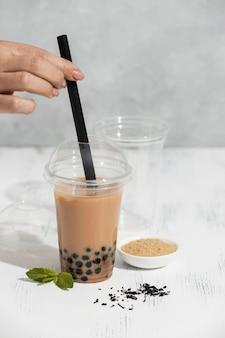 Composição com deliciosa bebida de chá tailandês
