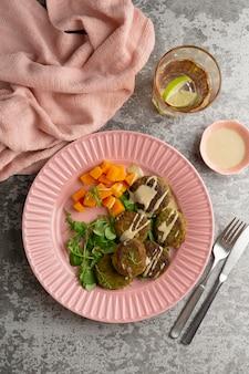 Composição com deliciosa refeição vegana