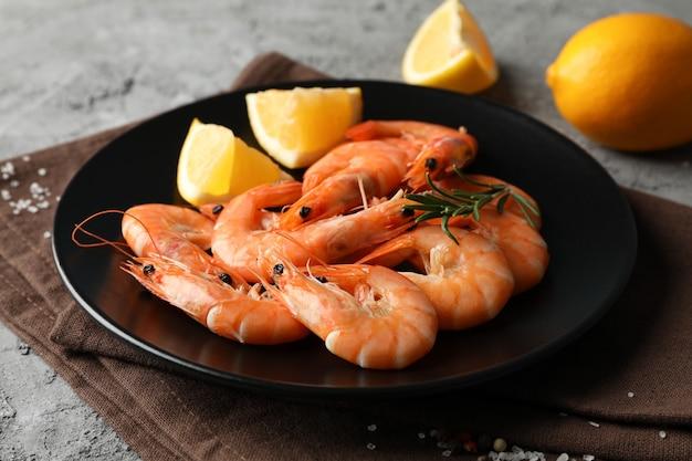 Composição com deliciosos camarões em fundo cinza, close-up