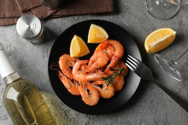 Composição com deliciosos camarões no fundo cinza, vista superior