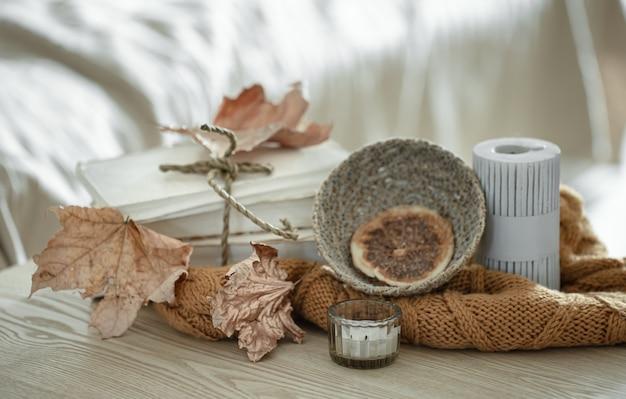 Composição com detalhes de decoração de outono na mesa do interior da sala.
