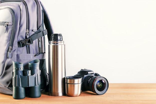 Composição com diferentes camping, caminhadas equipamentos na mesa com lugar para texto.