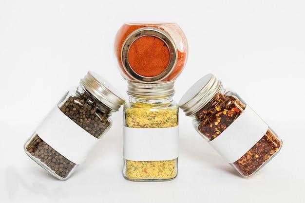 Composição com diferentes especiarias em potes