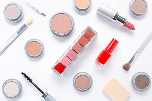 Composição com diferentes produtos de maquiagem. produtos de beleza e conceito de moda.