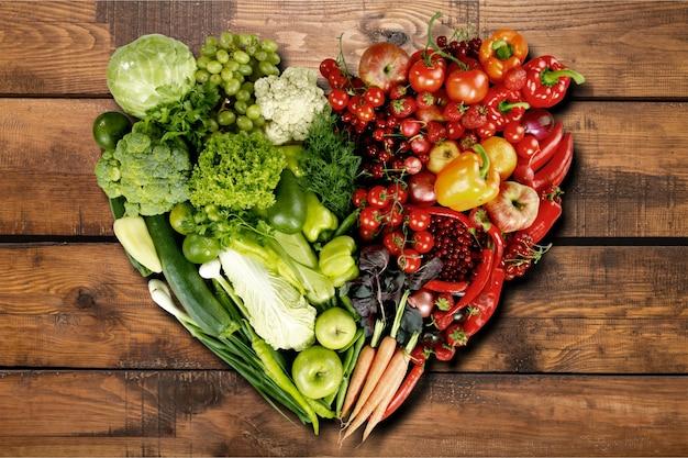 Composição com diversos vegetais crus e frutas orgânicas