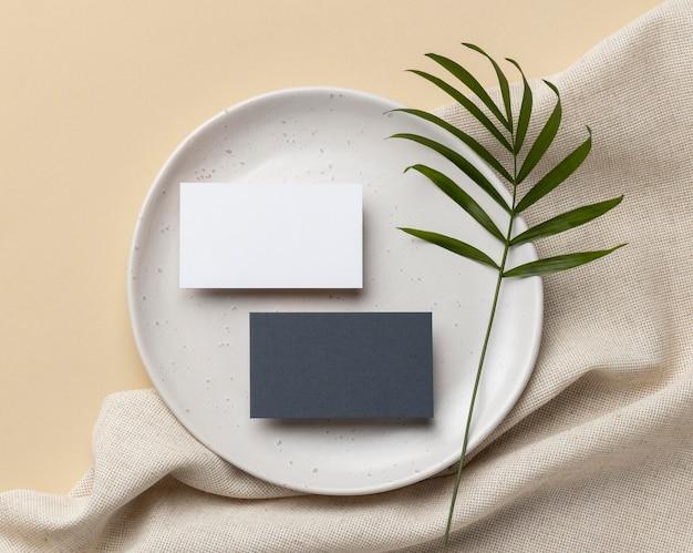 Composição com elementos de papelaria em bege