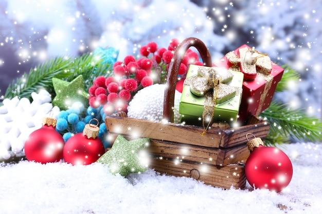 Composição com enfeites de natal na cesta, pinheiro