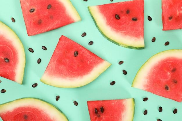 Composição com fatias de melancia fresca no espaço de hortelã, vista superior