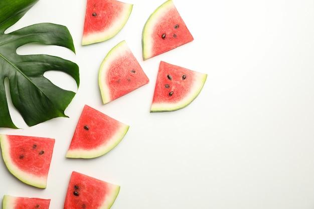 Composição com fatias de melancia fresca no espaço em branco, vista superior