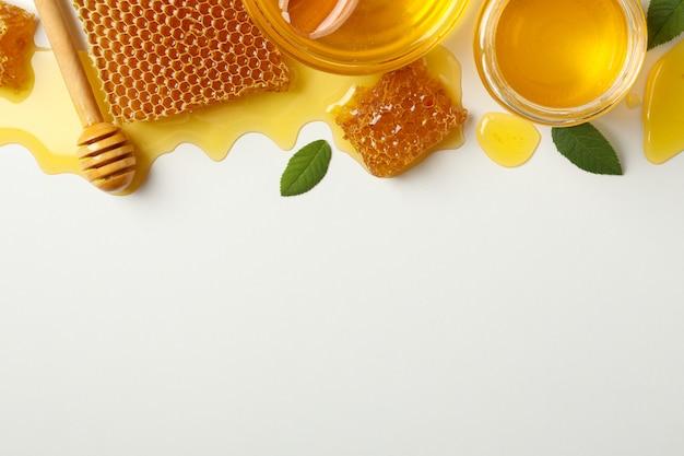 Composição com favos de mel isolados