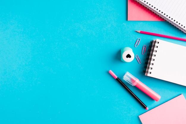 Composição com ferramentas de escritório na mesa
