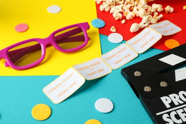 Composição com filme assistindo acessórios no fundo multicolor