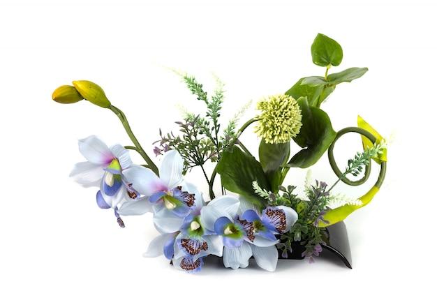 Composição com flores artificiais