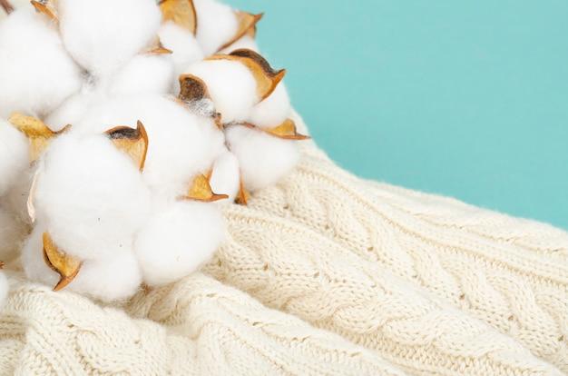 Composição com flores de algodão
