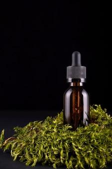Composição com frasco de vidro de cuidado corporal sobre pedestal de musgos reais