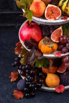 Composição com frutas sazonais de outono.