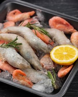 Composição com frutos do mar congelados na mesa