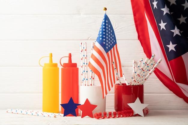 Composição com garrafas de bandeira americana para molho e estrelas coloridas