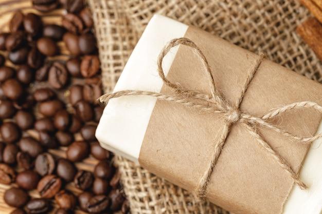 Composição com grãos de café, sabão na mesa de madeira, close-up