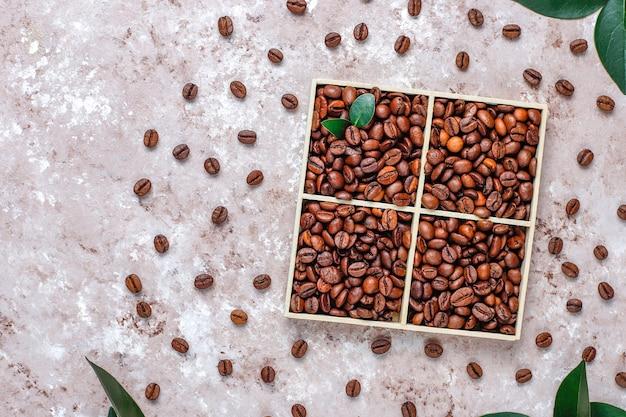 Composição com grãos de café torrados e biscoitos em forma de feijão de café