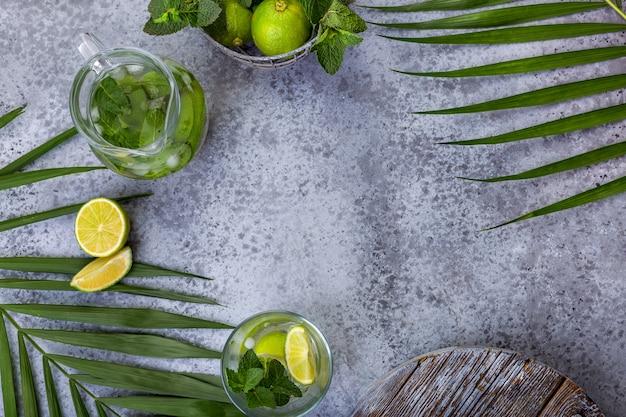 Composição com hortelã e limão no fundo cinza