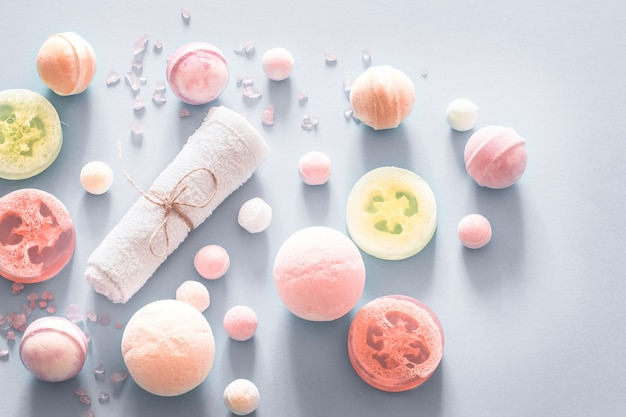 Composição com itens de spa em um fundo colorido